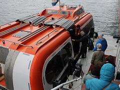 テンダーボートへ乗船