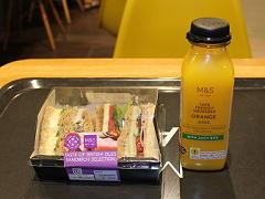 Marks and Spencerで購入したサンドウィッチとジュース