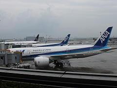 成田空港に駐機するANA機