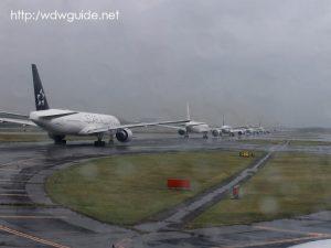 成田空港のタキシング中の飛行機