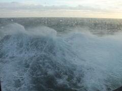 ザイデルダムから見た荒れた北海