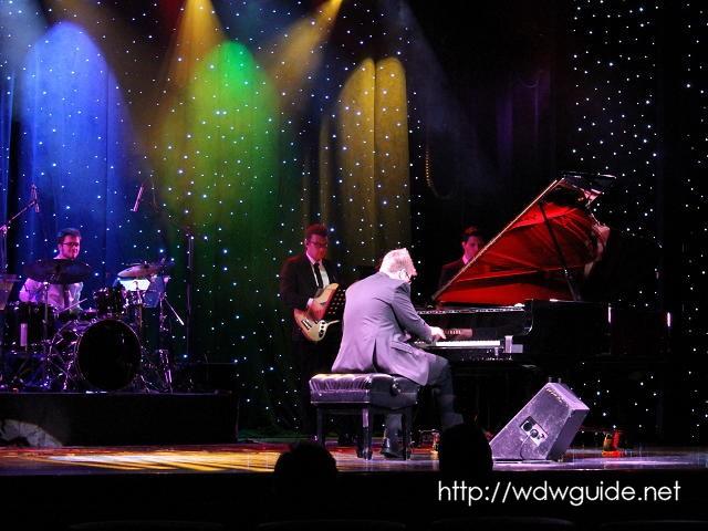 ザイデルダムのメインステージでのピアノショー