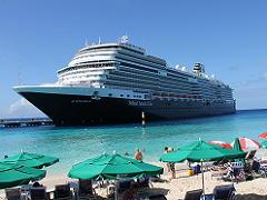 カリブ海に停泊するクルーズ船