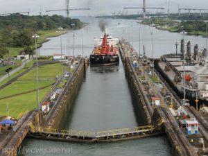 カリブ海と太平洋を結ぶパナマ運河を航行する船舶