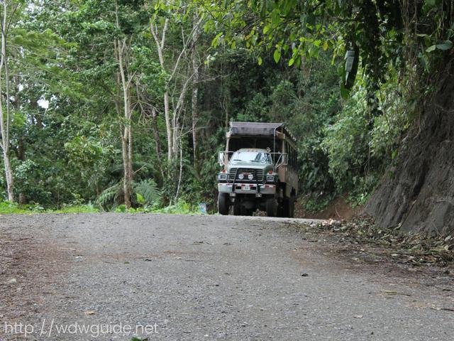 コスタリカのレインフォレストを走るモンスタートラック