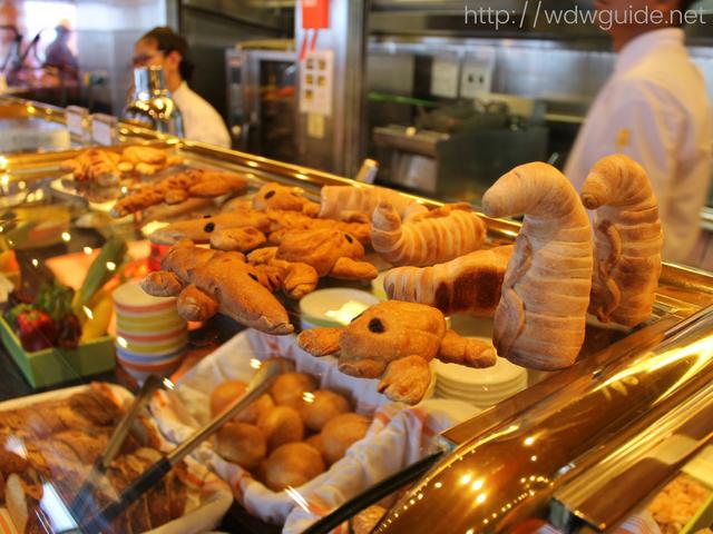 ザイデルダムのリドに並ぶパン