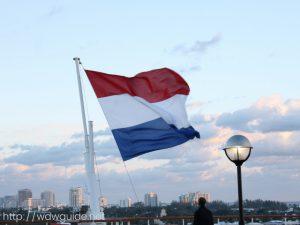 ザイデルダムにはためく旗