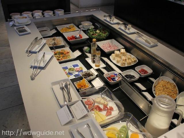 成田空港第一ターミナルのANA ファーストクラス用のSUITEラウンジの食事カウンター