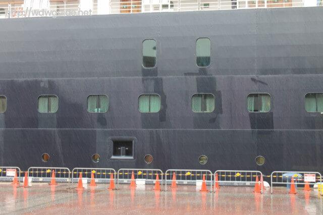 沖縄の那覇港に停泊するウエステルダム