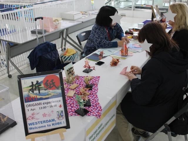 神戸港のクルーズターミナル内での折り紙教室