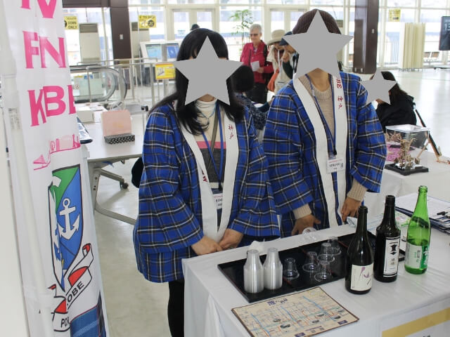 神戸港のクルーズターミナル内での日本酒の試飲