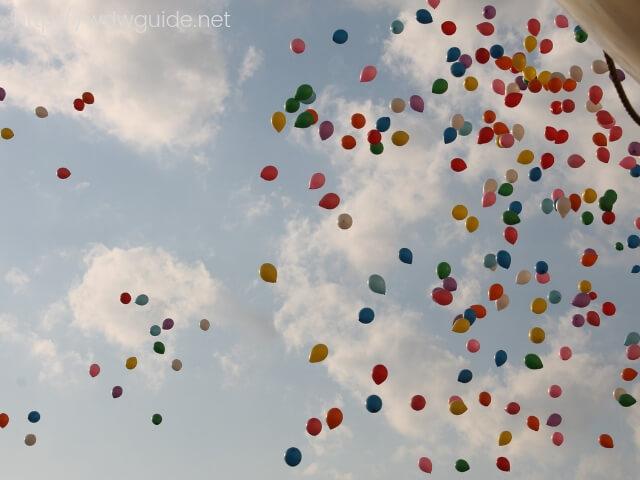 神戸の空に飛んでいく風船