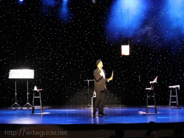 ウエステルダム船内で行われたマジックショー
