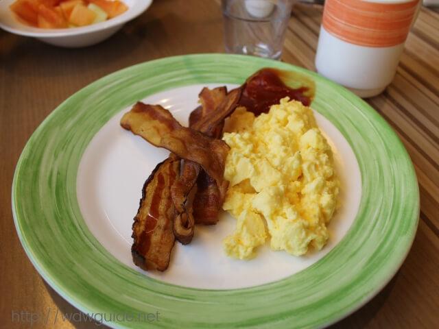 ウエステルダムのリドでの朝食のベーコンと卵