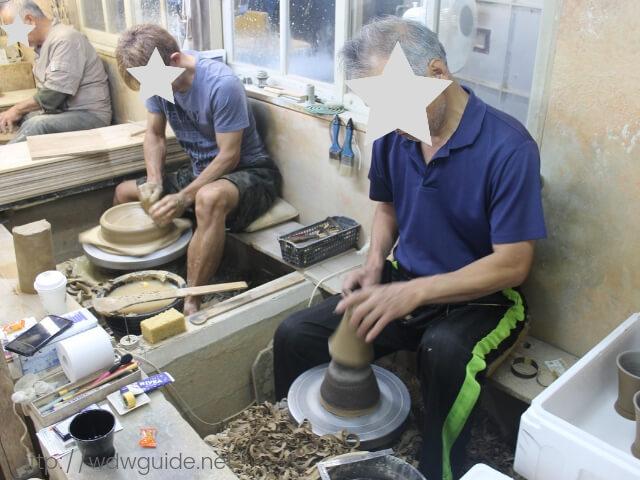 壺屋焼の窯元の職人さん