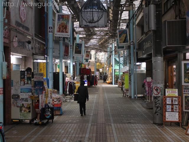 沖縄那覇の平和通り商店街のアーケード街