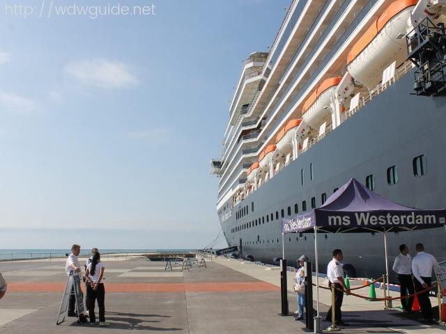 石垣島に寄港中のホーランドアメリカラインのウエステルダム