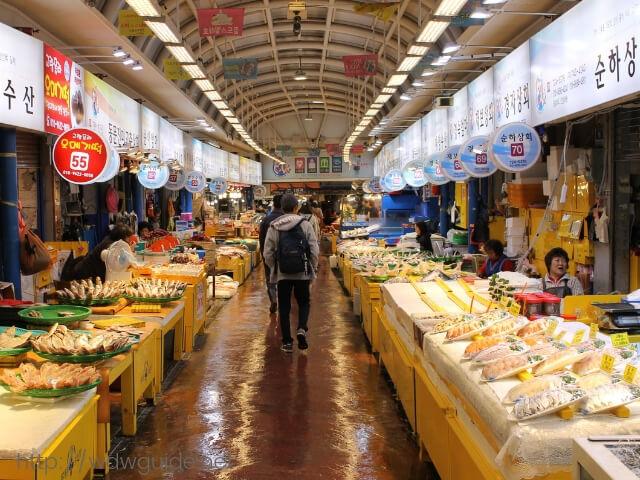 韓国済州島の東門在来市場の魚屋さん