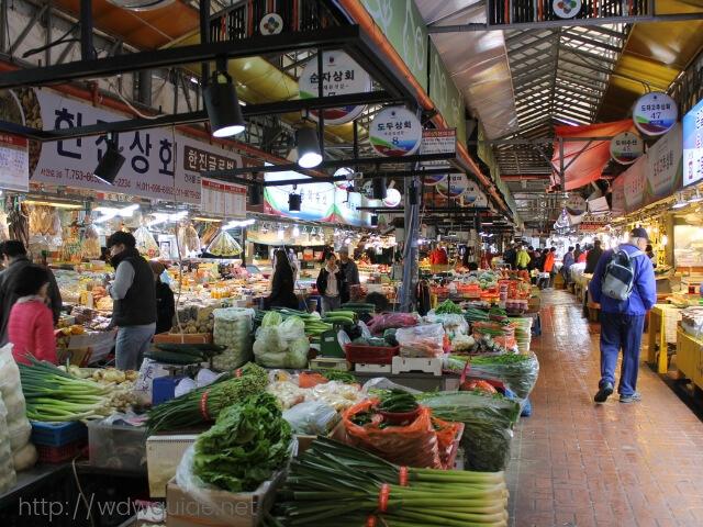 韓国済州島の東門在来市場の野菜など