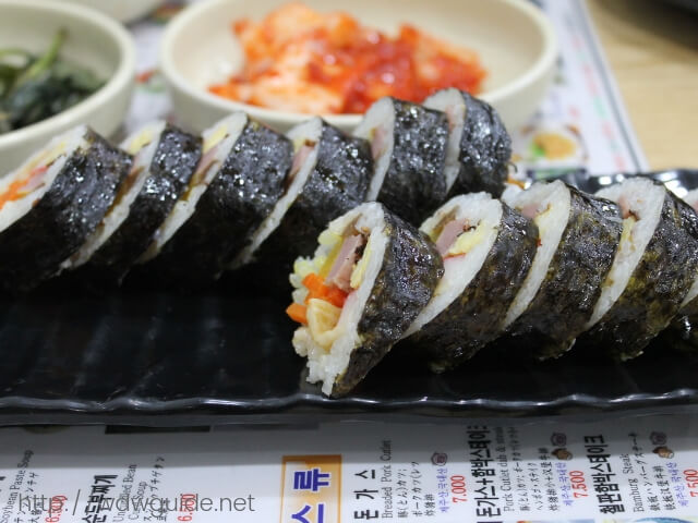韓国済州島の中央地下商店街で食べたのり巻き