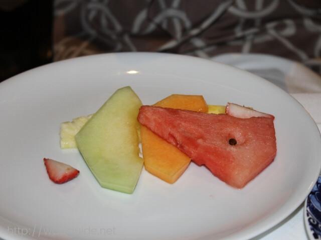 ウエステルダムのメインダイニングでのディナーのフルーツ
