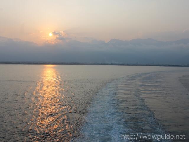 ウエステルダムから見た夕日の中の航跡
