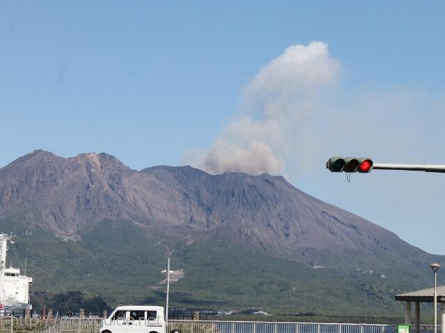 噴煙をあげる桜島