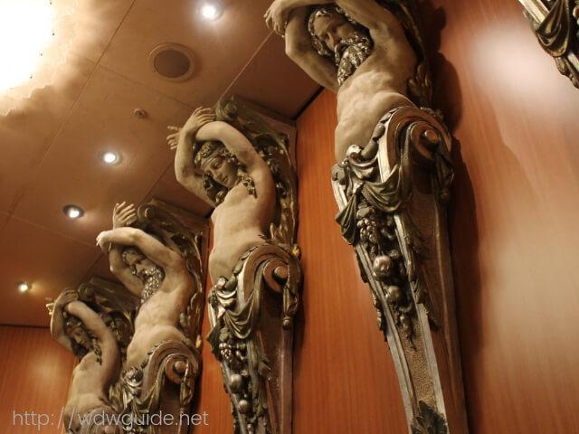 ホーランドアメリカラインのウエステルダムの階段ホールの彫刻