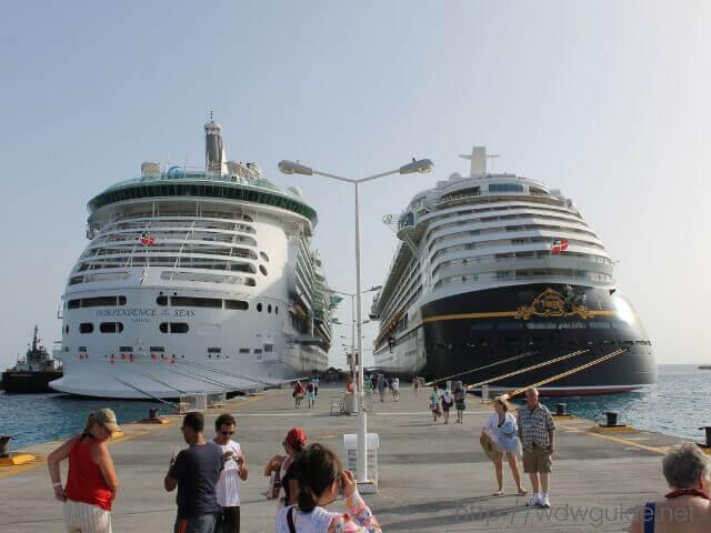 東カリブ海のセントマーチンの港に並ぶクルーズ船