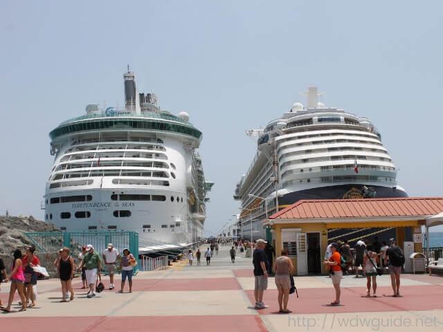東カリブ海のセントマーチンに停泊するクルーズ船