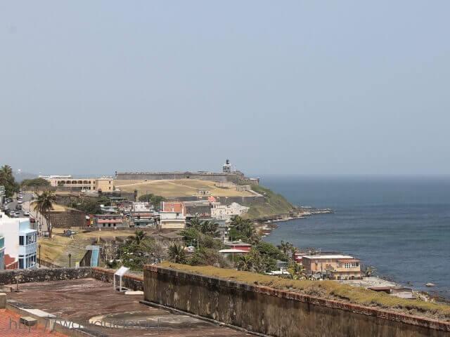 カリブ海の先に見えるサン・フェリペ・デル・モロ(エルモロ)要塞