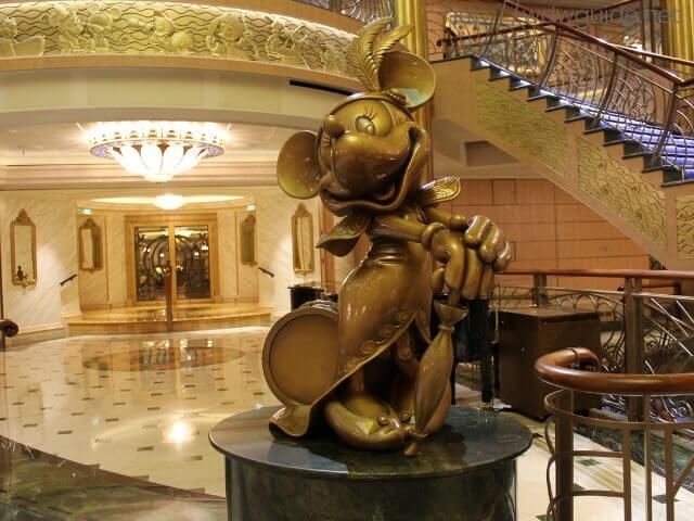 ディズニーファンタジーの船内に飾られたミニー像