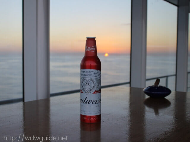 夕日を背景にバドワイザー