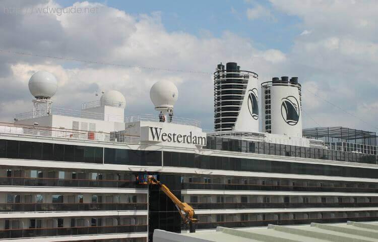 神戸に停泊中のホーランドアメリカラインのウエステルダム