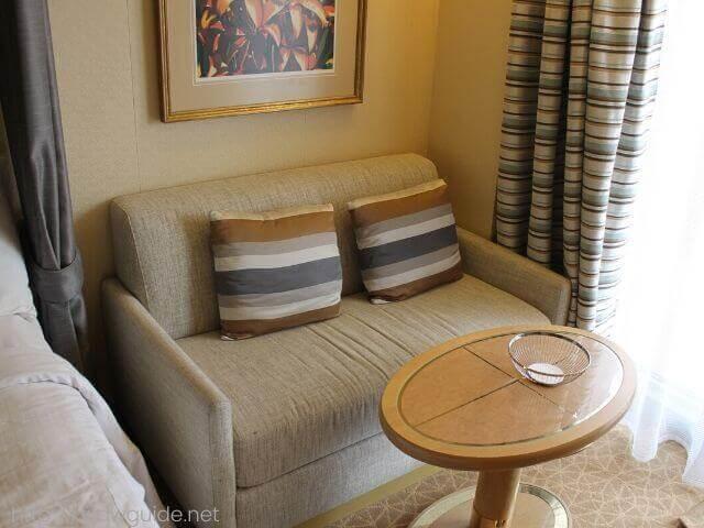 ホーランドアメリカラインのウエステルダムの客室のソファー