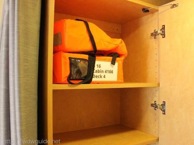ホーランドアメリカラインのウエステルダムの客室の棚の中