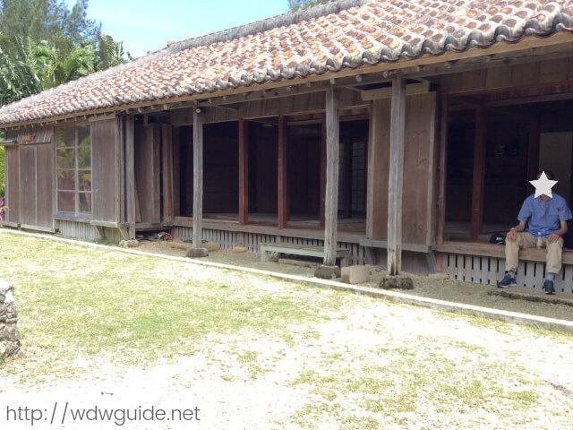 石垣やいま村の古民家で休憩する旦那
