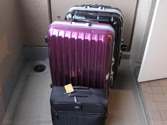 玄関先のスーツケース