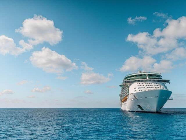 海上に停泊する豪華客船