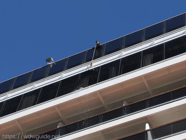 ザイデルダムの窓を掃除するクルー