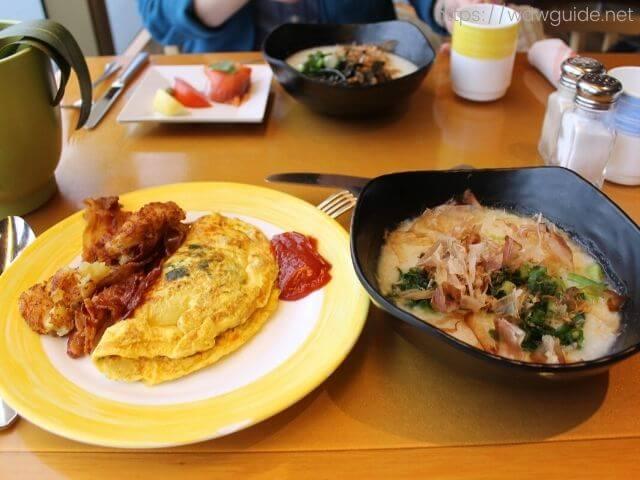 のリドでの朝食のオムレツとお粥