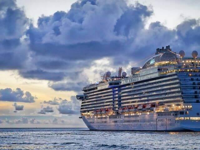 海に停泊するクルーズ船
