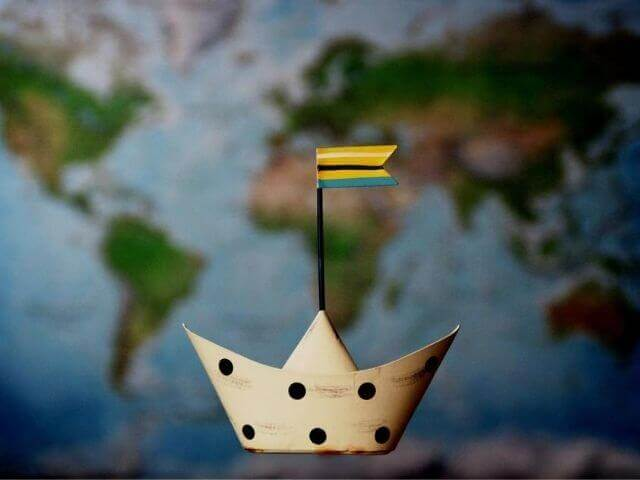 世界地図と船