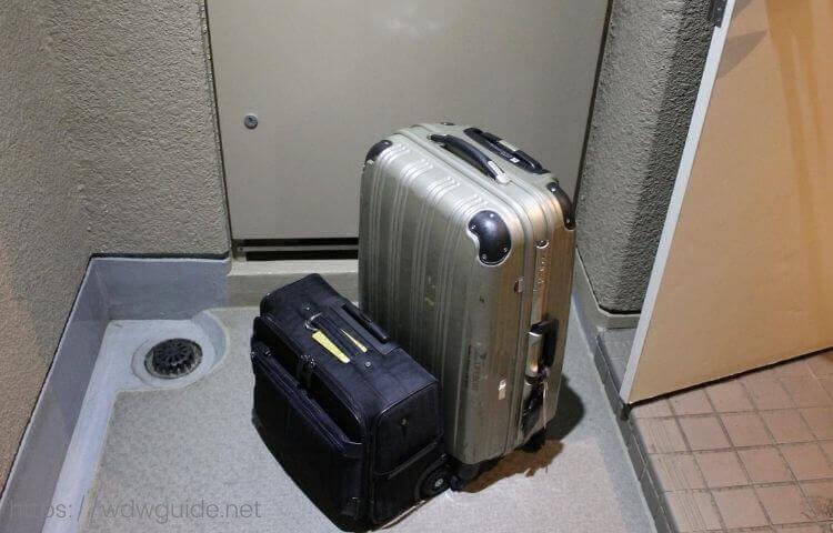 玄関先においたスーツケース