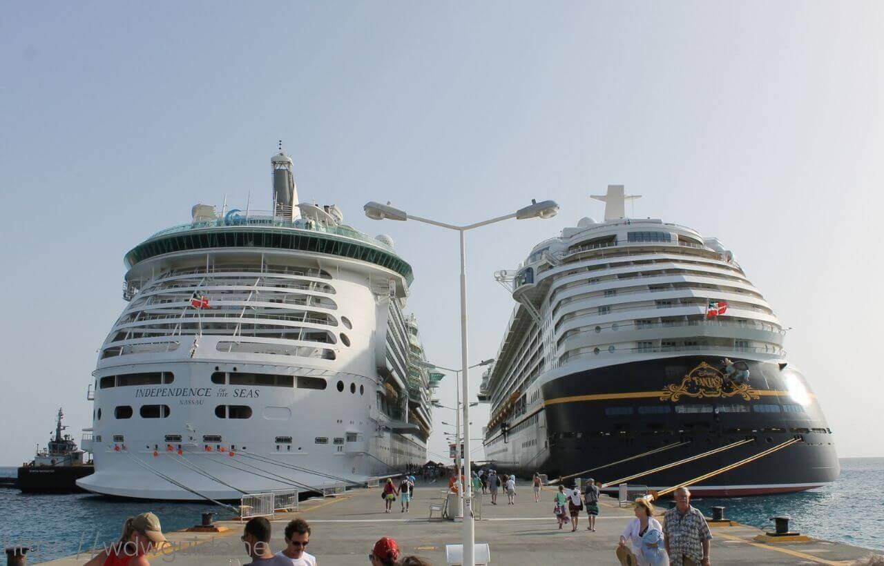 カリブ海に停泊するディズニーファンタジー