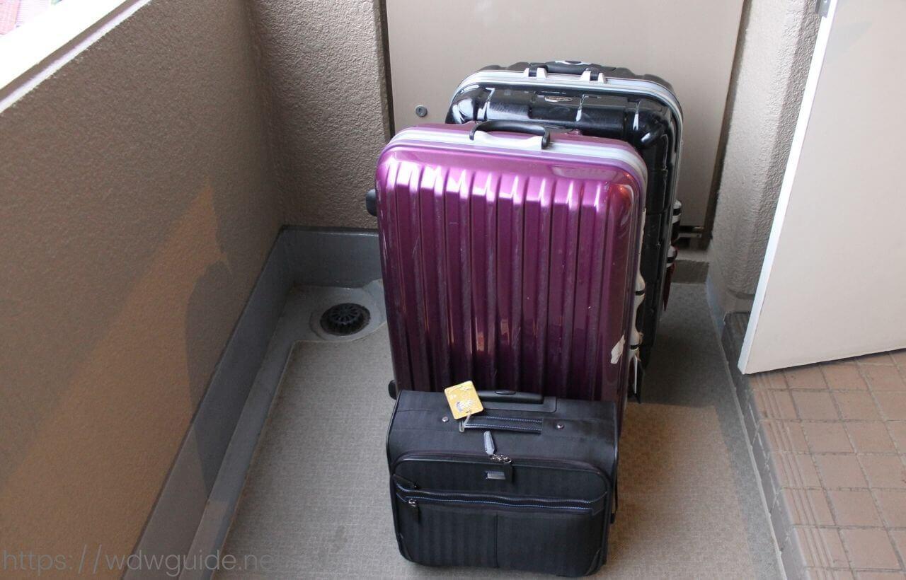玄関先に置かれたスーツケース