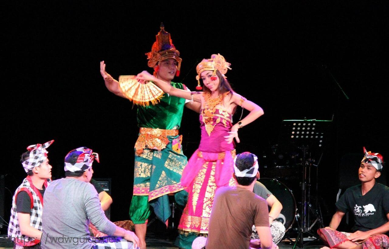 ユーロダムのクルーによるインドネシアンショー