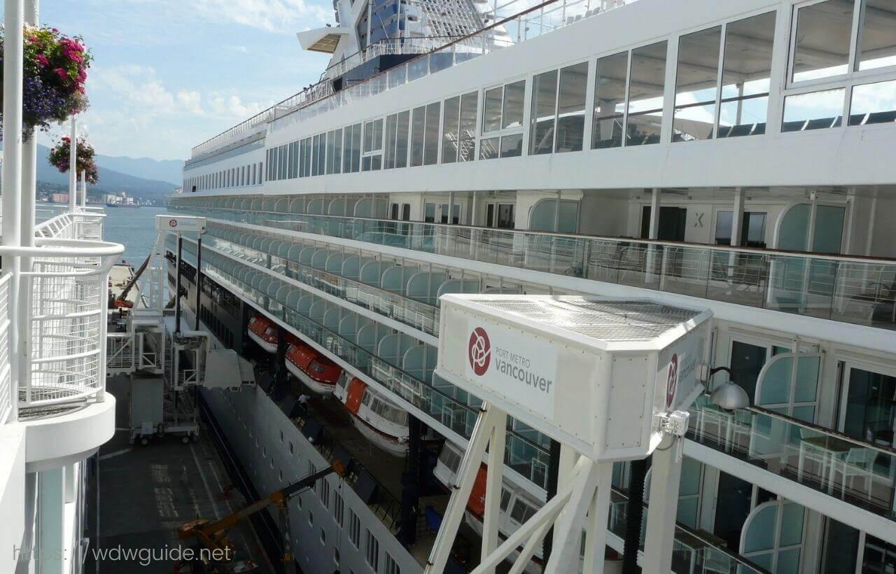 バンクーバーのカナダプレイスに停泊するクルーズ船