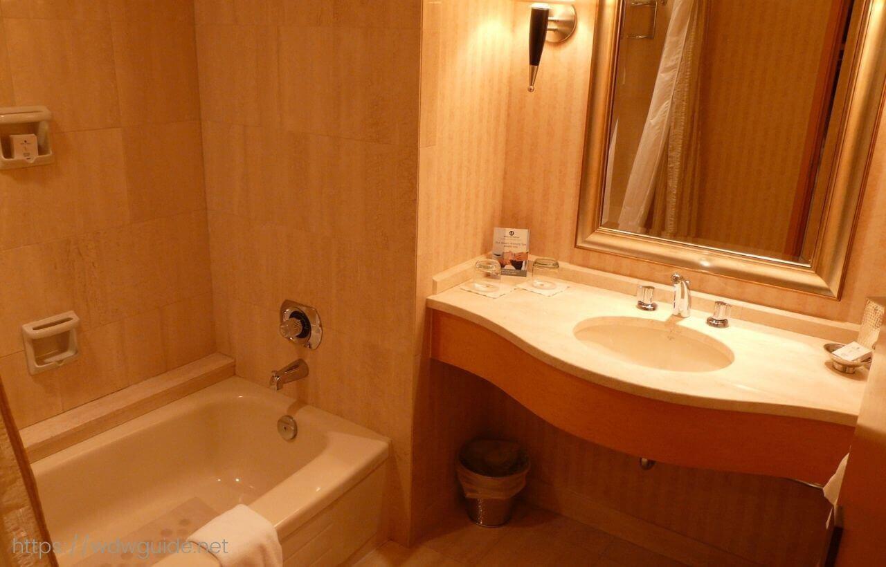 パン パシフィック バンクーバーの客室のバスと洗面台