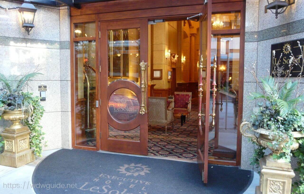 バンクーバーのホテル ル・ソレイユのエントランス